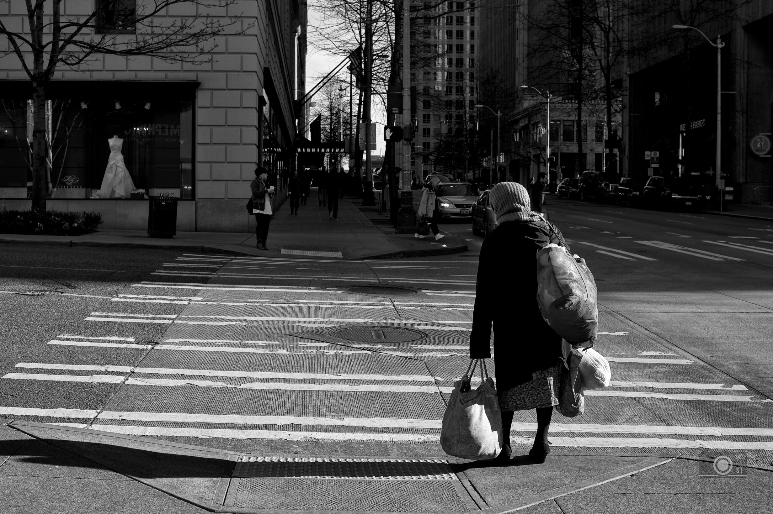 Frau mit Taschen